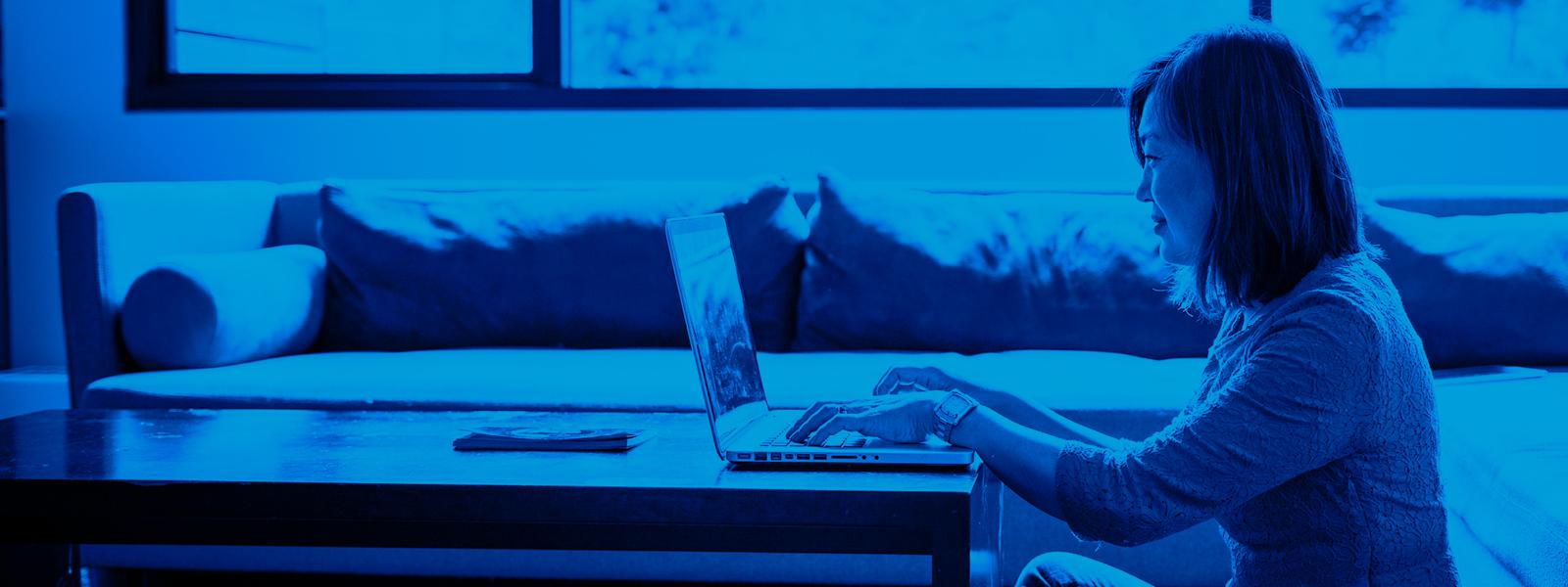 Imagen de una mujer que trabaja en casa