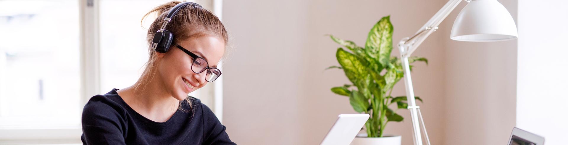 Imagen de una mujer mirando el dispositivo de tableta