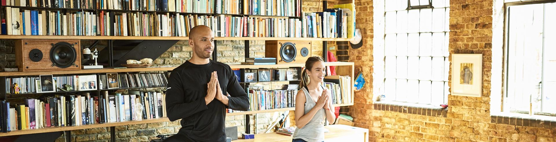 Imagen de un hombre y su hijo realizando ejercicios